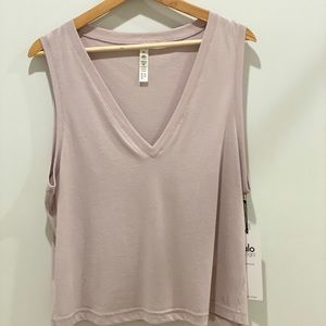 Alo Vibration Tank  - M - Lavender Cloud